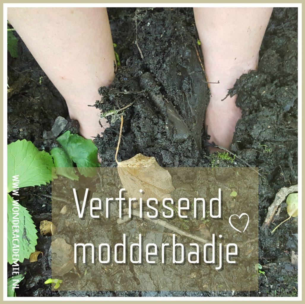 op blote voeten door de modder