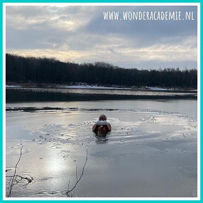 vrouw ijszwemmen winterzwemmen koudetraining